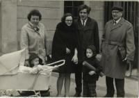 1972 - promoce Kamily Bendové. Na fotografii Václav Benda, Marek a Martin Bendovi, rodiče Václava Bendy