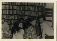 1983 Setkání u Bendů po propuštění Václava Bendy, zleva doprava: Daniel Kroupa, Petruška Šustrová, Václav Benda, Pavel Bratinka (není vidět), Jarmila Bělíková, Martin Palouš