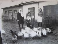 At the blacksmith shop in Podlísky, from left: aunt Mary, mother Vera and grandmother Emily, in the bottom: Slavěna with her cousin Milena)