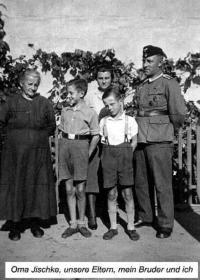 Willi Gerlach mit seinem Bruder Kurt, Eltern und Oma Jischke