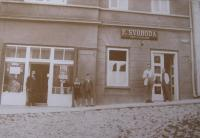 Pharmacy and barbershop on Masaryk square in Bystřice nad Pernštejnem, J. S.´s father´s pharmacy on the left