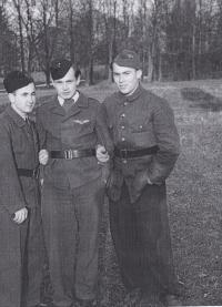 Ve škole SNB, Karel Bažant vpravo, Zbiroh, 1945