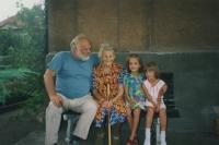 Se svojí matkou a vnučkami
