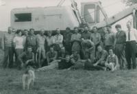 Mezi stavebními dělníky v roce 1971 (V.Š. vlevo dole ležící), v první řadě vlevo (klečící) doc. ing. R. Zukal, stojící uprostřed ve světlé košili – doc. ing. Miloslav Král