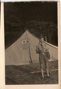 Na táboře před stanem