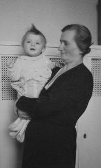 S tetičkou v kojeneckém ústavu v Krči 1942-1943
