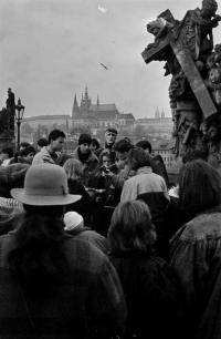 Studentské vánoce 1989 na Karlově mostě.