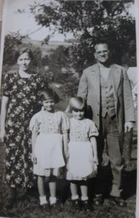Mother Ernestine, sister Emma, Elsa and father Eduard in Hazlov