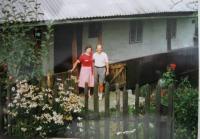 Elsa Gabrielová with her brother Gustav in Mladoňově in 1990