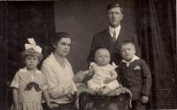 Manželé Lapkovi s dětmi