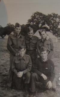Alexander Burger stojící úplně vlevo, Cholmondeley Park 1940