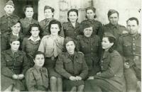 Ženy v československé armádě, ve světlé blůze sedí Josefa Reicinová, napravo dole od ní Pelagie Andresová