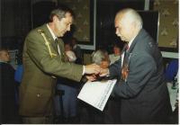 Josef Andres dostává medaili na ruském velvyslanectví