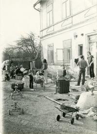 Vojtěch Sedláček před domem, 1977