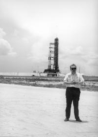 Karel Pacner před raketou Saturn, nesoucí Apollo 11
