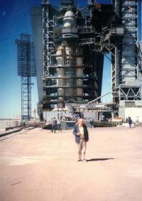 Karel Pacner před raketou Energija