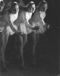 Lední revue - paní Borecká vpravo (r. 1949/1950)