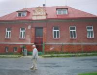 Hugo Drásal in front of the former village school in Dalov