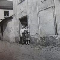 Hugo Drásal with his wife and daughter in front of their house in Šternberk