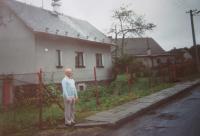 Hugo Drásal in 1991, in front of his native house in Dalov