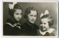 with her mother and younger sister, Prostějov in the 1930s