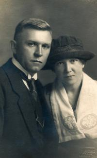 Wedding photo of the parents (1921)