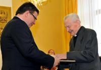 František Pevný awarded by the minister of Defence Alexandr Vondra (2012)