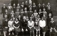 Fotografie třídy Matičního gymnázia v Ostravě (na fotografii třídní učitel Josífek, který byl rovněž skautem)
