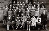 Fotografie třídy Matičního gymnázia v Ostravě (na fotografii třídní učitel Josífek, který byl rovněž skautem) č. 2