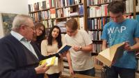 Vilém Prečan showing books to the students from the project Stories of our neighbours