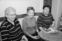 Anita Franková třetí zleva (první zleva Anna Hyndráková)