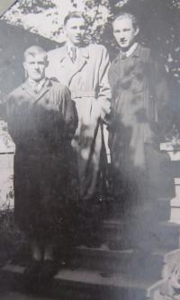 Jan Aust in learning (in the middle), on the right, the German apprentice who gave Jan Aust away