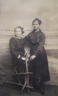 Mother Ludmila Štorková at left, 1916