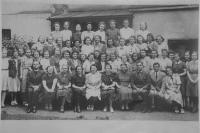 Dívčí reálné reformní gymnázium v Brně, školní rok 1938/1939, v první řadě za sedícími: Sylva Jeralová (2. zleva), Daruše Burdová (1. zprava)
