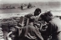 Training in blitzed port Tobruk (Josef Hercz on the right)