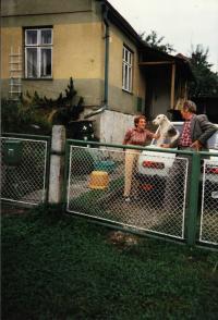 Před domem v Brníčku u Zábřeha