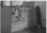Františka Jeřábková (in the middle), Sezimovo Ústí 1948. On the left: Vilma Kulhánková (personal maid of Hana Benešová), on the right: Marie Kytková (cook)