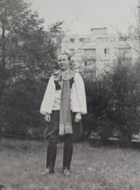 The husband of Karol K in costume