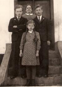 Adolf Kaleta (right) with his mother and siblings in 1940 in Těrlicko