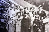 Steckelmacher family in the 1930s (Ruth marked with a frame; Maud Beerová is in the front row on the right)