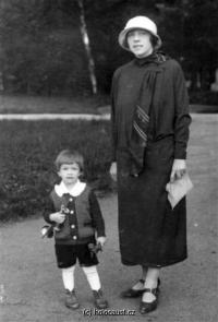 Her mother Růžena Steckelmacherová and her brother Jan (Hans). Both died in Auschwitz.