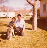 Hana Drori, před domem, 70. léta