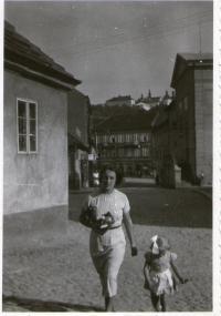 Witness with her mother Zdena Tejčková, née Edelsteinová