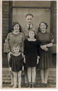 The Radcliffe family with whom Milena and Eva stayed. Their own daughter (next to the father) was sent to her grandmother in order to make space for them. Milena and Eva standing in the front row.