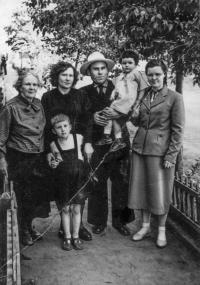 S rodinou, rok 1958