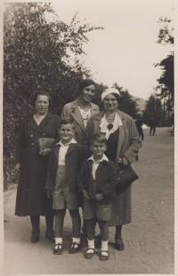 S maminkou, tetou a bratrem před válkou