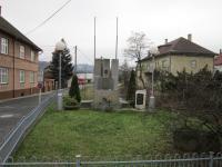 Pomník padlých, popravených a umučených za druhé světové války v Palkovicích, kde je i jméno otce pamětnice Františka Kiši