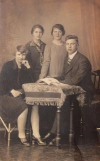 His father Karl Kirchner with sisters Frida, Marie and Anna in 1929