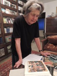 Olga Bojarová with the book 'Od hlavy k patě' (From Head to Toe)