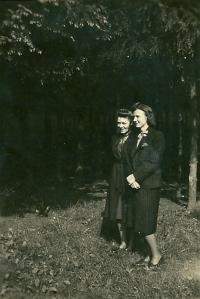 Truda s kamarádkou Hedel v lese u Opavy, 1941